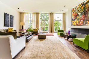 Ban công chung cư là nơi tiếp nhận nhiều sinh khí nhất của ngôi nhà